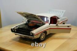 1/18 Highway 61 1970 Dodge Challenger R/T in White with Red side stripe V8